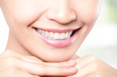 результат чистки зубов - белоснежная улыбка